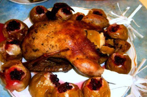 Запеченная утка с яблоками в духовке