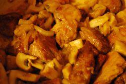 Как пожарить свинину на сковороде с луком