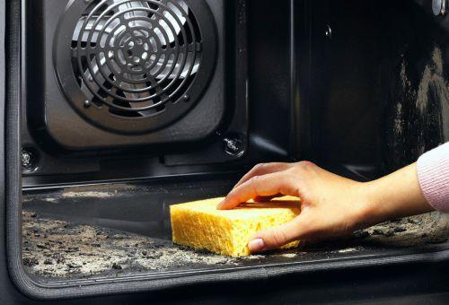 Просто возьмите влажную губку и сотрите пепел, оставшийся после пиролизной очистки
