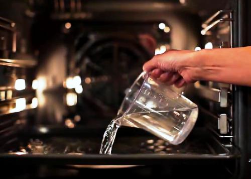 Просто добавьте воды и чистящее средство (например, уксус)