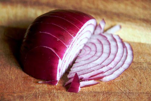 Шинкуем луковицу на тонкие полукольца