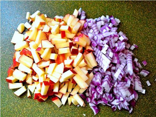 Яблоки и лук уже нарезаны, остался только чернослив, далее все смешиваем