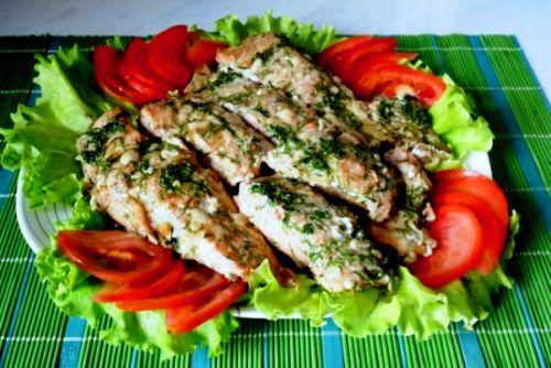 Запеченная кета под сливочным соусом с овощами и зеленью
