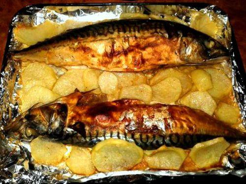 Запеченная скумбрия с картошкой
