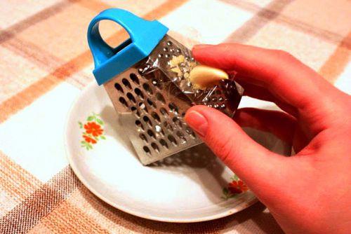 Натираем чеснок на терке