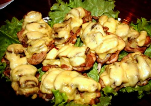 Куриные бедра, запеченные с сыром и грибами