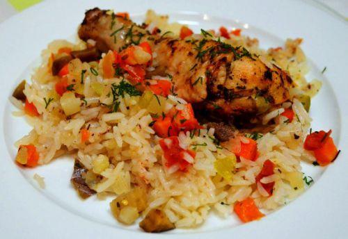 Куриные бедра с овощами и рисом
