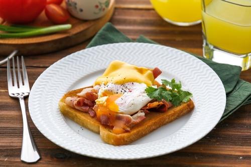 Хлеб с яйцом на сковороде
